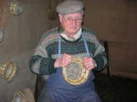 Presepe Vivente presso l'Istituto Comprensivo A. Manzoni, animato da alunni della scuola e da anziani del paese - un vecchietto costruisce i carteddi con canne e verghe di ulivo - 20 dicembre 2007   - Buseto palizzolo (901 clic)