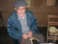Presepe Vivente presso l'Istituto Comprensivo A. Manzoni, animato da alunni della scuola e da anziani del paese - un vecchietto intreccia la ddisa - 20 dicembre 2007   - Buseto palizzolo (1027 clic)
