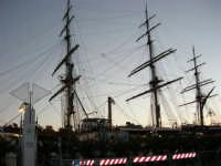 In visita nella città, in occasione della Trapani Louis Vuitton Acts 8 & 9 - L'Amerigo Vespucci attraccata al molo del porto - 1 ottobre 2005   - Trapani (2240 clic)