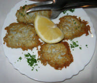 pranzo al Ristorante del Golfo (da Liborio - specialità pesce) - via Segesta, 153 -: frittelle di neonata - 7 maggio 2006  - Castellammare del golfo (3185 clic)