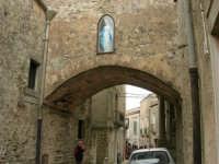 la Madonnina incastonata sull'arco nei pressi del Centro di Cultura Scientifica Ettore Majorana - 25 aprile 2006  - Erice (1179 clic)