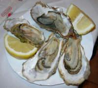 pranzo al Ristorante del Golfo (da Liborio - specialità pesce) - via Segesta, 153 -: ostriche - 7 maggio 2006  - Castellammare del golfo (2338 clic)