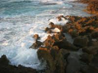 Golfo del Cofano: il mare si infrange sugli scogli (8) - 2 settembre 2007   - San vito lo capo (1176 clic)
