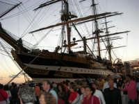 In visita nella città, in occasione della Trapani Louis Vuitton Acts 8 & 9 - L'Amerigo Vespucci attraccata al molo del porto - 1 ottobre 2005  - Trapani (2890 clic)