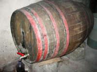una vecchia botte per conservare il vino - 17 giugno 2007  - Chiusa sclafani (1435 clic)