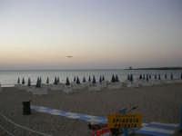 Spiaggia privata Florio Park Hotel - aereo in fase di atterraggio - 1 ottobre 2007  - Cinisi (2244 clic)