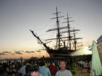 In occasione della Trapani Louis Vuitton Acts 8 & 9 - L'Amerigo Vespucci attraccata al molo del porto e folla di visitatori - 1 ottobre 2005  - Trapani (2863 clic)