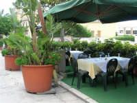 pranzo al Ristorante del Golfo (da Liborio - specialità pesce) - via Segesta, 153 -: tavoli all'esterno - 7 maggio 2006  - Castellammare del golfo (2140 clic)