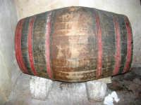 una vecchia botte per conservare il vino - 17 giugno 2007  - Chiusa sclafani (1408 clic)