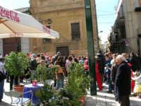 Piazza Ciullo - Domenica mattina: carnevale - Di fronte la Chiesa della Sacra Famiglia e la via Tenente Vito Manno - 26 febbraio 2006   - Alcamo (1445 clic)