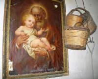 un'antica immagine di San Giuseppe con il Bambino ed accanto vecchi panieri appesi - 17 giugno 2007  - Chiusa sclafani (1628 clic)
