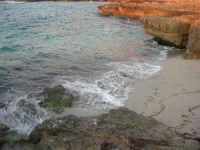 Golfo del Cofano: una minuscola spiaggia tra le rocce (14) - 2 settembre 2007   - San vito lo capo (685 clic)