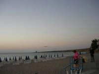 Spiaggia privata Florio Park Hotel - aereo in fase di atterraggio - 1 ottobre 2007  - Cinisi (3259 clic)