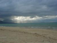 C/da Canalotto: tenui raggi di sole filtrano dalla coltre di nubi - 3 giugno 2007  - Alcamo marina (1289 clic)