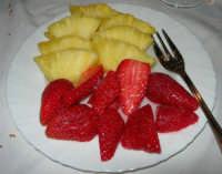 pranzo al Ristorante del Golfo (da Liborio - specialità pesce) - via Segesta, 153 -: fragole ed ananas - 7 maggio 2006  - Castellammare del golfo (1821 clic)
