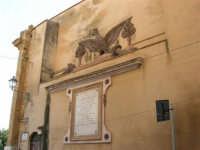 Corso 6 Aprile - A Porta Palermo l'Aquila stemma di Alcamo e sotto la lapide commemorativa - 26 febbraio 2006   - Alcamo (5199 clic)