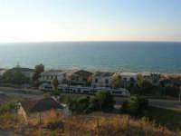 zona Plaja - panorama: il treno ed il mare - 5 agosto 2008  - Alcamo marina (863 clic)