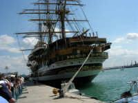 L'Amerigo Vespucci, attraccata al porto in occasione della Trapani Louis Vuitton Acts 8&9 - 2 ottobre 2005   - Trapani (2100 clic)