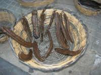 Cous Cous Fest 2007 - Expo Village - itinerario alla scoperta dell'artigianato, del turismo, dell'agroalimentare siciliano e dei Paesi del Mediterraneo - cesto con carruba - 28 settembre 2007      - San vito lo capo (1044 clic)