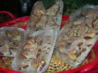 dolci di fico - area di ristoro nei pressi del Presepe Vivente di Custonaci nella grotta preistorica di Scurati (grotta Mangiapane) - 26 dicembre 2007   - Custonaci (5060 clic)