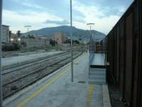 stazione ferroviaria - visita a IL TRENO DELL'ARTE -  Museo per un Giorno - all'orizzonte il Monte Erice - (45) - 13 ottobre 2007  - Trapani (1627 clic)