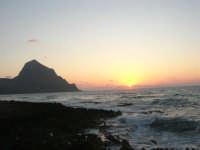 rapiti da un tramonto sul Golfo del Cofano (8) - 2 settembre 2007   - San vito lo capo (810 clic)