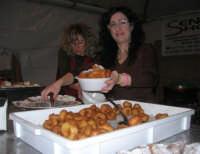 si servono le sfince - area di ristoro nei pressi del Presepe Vivente di Custonaci nella grotta preistorica di Scurati (grotta Mangiapane) - 26 dicembre 2007   - Custonaci (3619 clic)