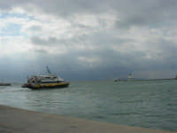 Vista sul porto: il cielo si rabbuia sull'America's Cup - 2 ottobre 2005   - Trapani (1971 clic)