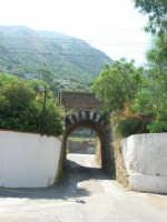 il sottopasso della ferrovia vicino l'ingresso del Villaggio Turistico Capo Calavà - 23 luglio 2006   - Gioiosa marea (3034 clic)