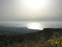 panorama dal monte Erice: la città di Trapani e le isole Egadi immerse nella foschia - 1 maggio 2008   - Erice (804 clic)
