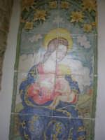 Madonna che allatta il Bambino, su ceramica, all'interno di una nicchia sotto le Torri medievali - 1 maggio 2008   - Erice (1489 clic)