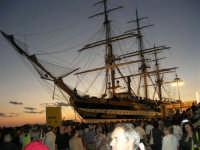 In occasione della Trapani Louis Vuitton Acts 8 & 9, L'Amerigo Vespucci ormeggiata al porto e folla di visitatori - 1 ottobre 2005  - Trapani (2378 clic)