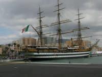 L'Amerigo Vespucci attraccata al porto in occasione della Trapani Louis Vuitton Acts 8&9 - 2 ottobre 2005   - Trapani (2142 clic)