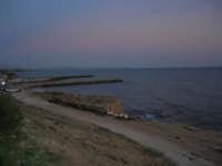 panorama al crepuscolo: il molo ed il porto - 5 ottobre 2008   - Marinella di selinunte (865 clic)