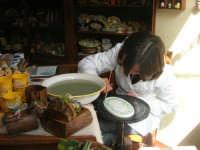 decoratrice di ceramica al lavoro nel suo laboratorio - 1 maggio 2008   - Erice (2235 clic)