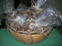 mustazzoli o mustaccioli: biscotti impastati con farina 0, vino cotto, acqua, cacao amaro, mandorle tostate tritate, buccia d'arancia a pezzettini e ricoperti di sesamo (giuggiulena) - I.C. G. Pascoli - 19 dicembre 2008   - Castellammare del golfo (3636 clic)