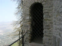una nicchia sotto le Torri medievali - 1 maggio 2008   - Erice (1010 clic)