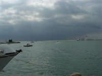 Il cielo si fa ancora più minaccioso, mentre si stanno svolgendo le gare della Trapani Louis Vuitton Acts 8&9 - 2 ottobre 2005    - Trapani (1885 clic)