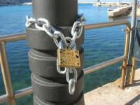 Al porto: un lucchetto dell'amore - 15 marzo 2008   - Castellammare del golfo (1093 clic)