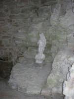 piccola statua di Venere all'interno di una nicchia sotto le Torri medievali - 1 maggio 2008   - Erice (921 clic)