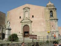 piazza S. Giuliano: statua del Beato Alberto dinanzi alla Chiesa di S. Giuliano - 1 maggio 2008   - Erice (814 clic)