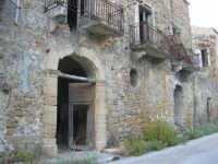 ruderi del paese distrutto dal terremoto del gennaio 1968 - 2 ottobre 2007   - Poggioreale (1550 clic)