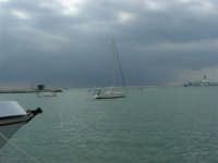 Il cielo si fa ancora più minaccioso, mentre si stanno svolgendo le gare della Trapni Louis Vuitton Acts 8&9 - 2 ottobre 2005   - Trapani (2093 clic)