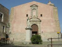 piazza S. Giuliano: statua del Beato Alberto dinanzi alla Chiesa di S. Giuliano - 1 maggio 2008   - Erice (886 clic)