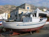 al porto: barca in secca - 25 aprile 2007  - Isola delle femmine (1158 clic)