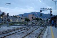 stazione ferroviaria - visita a IL TRENO DELL'ARTE -  Museo per un Giorno - in fondo il Monte Erice - (49) - 13 ottobre 2007  - Trapani (2148 clic)
