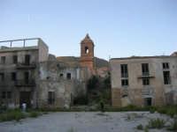 ruderi del paese distrutto dal terremoto del gennaio 1968 - 2 ottobre 2007   - Poggioreale (1235 clic)