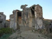 ruderi del paese distrutto dal terremoto del gennaio 1968 - 2 ottobre 2007   - Poggioreale (723 clic)