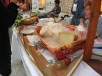 sullo sfondo dell'antica tonnara, BONTON - la II Rassegna Enogastronomica di Tonno e Prodotti di Tonnara, che presenta, oltre al tonno, altri prodotti tipici del territorio trapanese -  all'interno del Villaggio Bonton esposti i formaggi della Valle del Belice - 3 giugno 2007  - Bonagia (2683 clic)