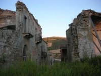 ruderi del paese distrutto dal terremoto del gennaio 1968 - 2 ottobre 2007   - Poggioreale (650 clic)